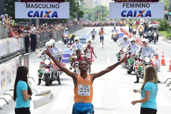 Primeiro colocado, durante a chegada masculina da 90º Corrida Internacional de São Silvestre 2014 na Avenida Paulista, em São Paulo - 31/12/2014 - Foto: Djalma Vassão/Gazeta Press