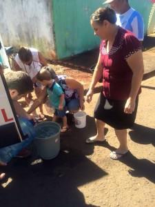 Água sendo distribuida em Rolandia por voluntários