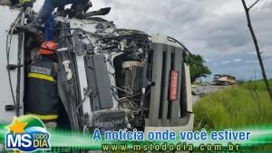 big_motorista-fica-preso-as-ferragens-apos-colisao-entre-caminhao-e-carreta-na-br-359_20160123_172557_resized_3