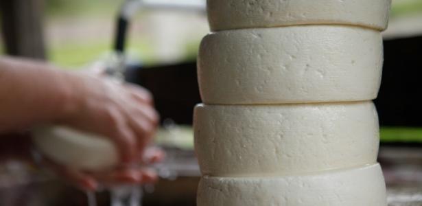 fazenda-de-producao-queijos-feitos-com-leite-cru-no-interior-de-minas-gerais-1467403895520_615x300