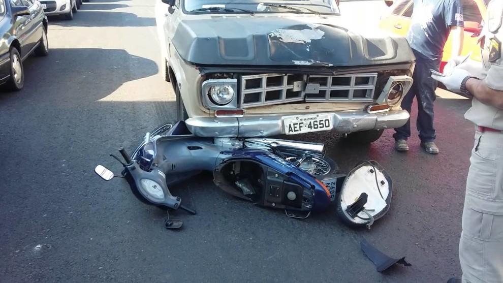Veja o vídeo: Motociclista passa sinal vermelho e é atingido por veículo em Arapongas