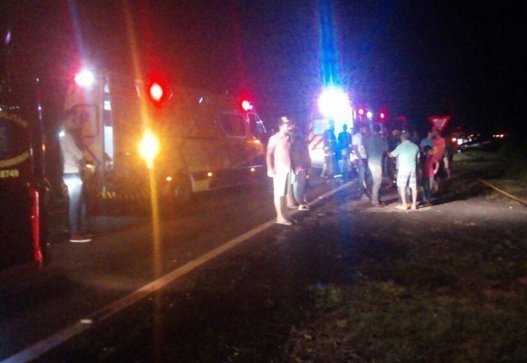 Duas-pessoas-ficam-feridas-em-capotamento-na-BR-376-em-Apucarana-00-768x529