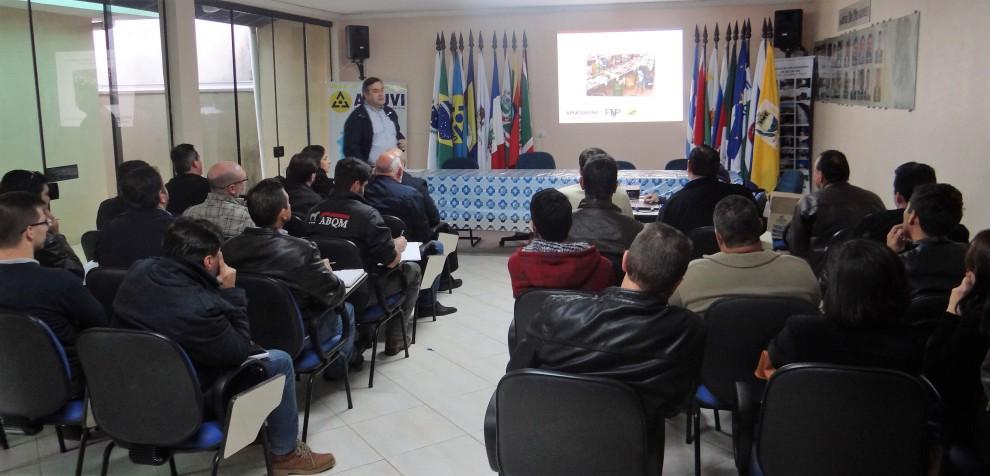 Presidente da AMUVI Beto Preto durante a reunião técnica com a SANEPAR
