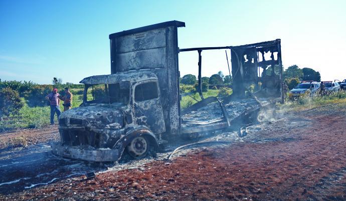 tn_5174001995_caminhao-incendiado-sergio-6