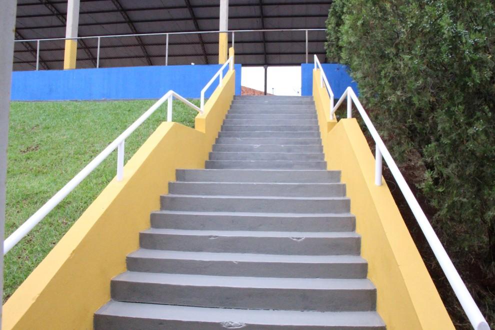 A prefeitura de Arapongas finalizou as benfeirorias realizadas na quadra de esportes da Escola Aleydah, através de pintura e outros melhoramentos que se fizeram necessários.