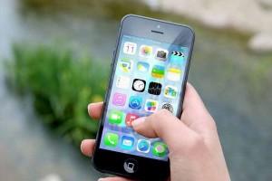 Menina de 16 anos finge ouvir música e usa celular para gravar padrasto se masturbando ao seu lado
